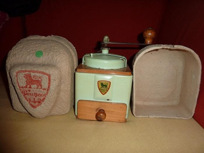 Emballage , boite d'un moulin Peugeot